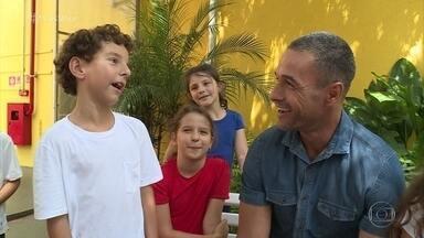 Escola em São Paulo dá aulas de expressividade para as crianças - Fabrício Battaglini fica impressionado com a desenvoltura da garotada de 7 a 10 anos