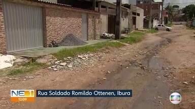 Comunidade do Ibura de Baixo, no Recife, cobra pavimentação de rua - Moradores dizem que via está cheia de buracos e com esgoto