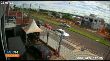 Câmeras flagram acidentes em cruzamento de Maringá - Moradores pedem redutores de velocidade para evitar acidentes na avenida Américo Belay.