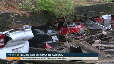 Muro cai em carros durante chuva em Curitiba - Pelo menos onze veículos foram soterrados.