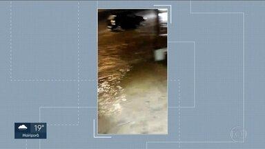 Chuva provoca alagamento em Guarulhos - Imagens foram gravadas na Avenida Otávio Braga de Mesquita, no bairro do Taboão.