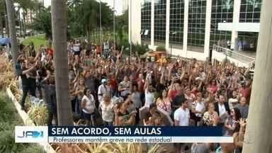 Em assembleia, servidores da Educação decidem manter greve em Goiás - Categoria, que cobra pagamento dos salários atrasados de dezembro, se reuniu no centro de Goiânia e decidiu não aceitar proposta de parcelamento feita pelo governo do estado.