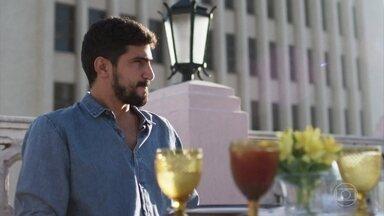Jamil aguarda a chegada de Laila no restaurante - Ele tem esperanças de que a amada apareça