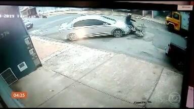 Bandido é atropelado pela vítima em tentativa de assalto em Santa Bárbara d´Oeste (SP) - O flagrante foi gravado por uma câmera de segurança. Os donos de uma autopeças saíam com o carro, quando foram abordados por dois homens de moto.Assustado, o motorista deu ré, bateu o veículo e, mesmo com um dos bandidos armado na janela do carro, acelerou e atropelou o ladrão que estava na moto.