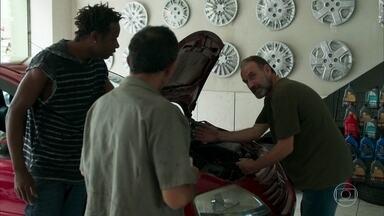Jean-Baptiste e Tião afirmam a Elias que indicarão sua contratação para Caetano - Ele fica feliz e diz que não vê a hora de contar a novidade para a família