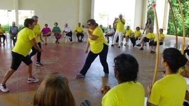 Capoeira é utilizada como terapia em aulas gratuitas para idosos - Criada pelo contramestre Arnaldo Matoso, capoterapia é oferecida em Palmas.