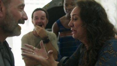 Rania pede que Elias a leve até Missade - Caetano fica emocionado com o reencontro dos dois