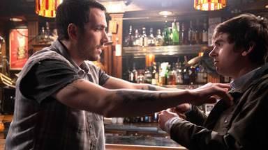 Trampolim - Uma briga de bar leva Shaun a buscar tratamento no hospital. Park e Morgan discordam sobre os sintomas de uma paciente idosa. Melendez e Lim tornam seu romance público.