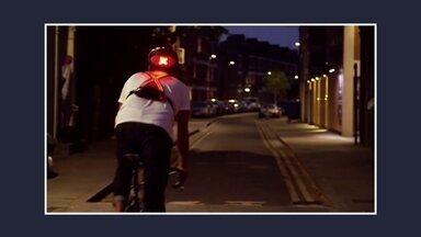 Britânicos criam sistema de segurança para ajudar ciclistas na prevenção de acidentes - É um colete com luzes de LED super brilhantes fixadas na parte da frente e na de atrás, que sinaliza para motoristas e pedestres para que lado a bicicleta vai virar.