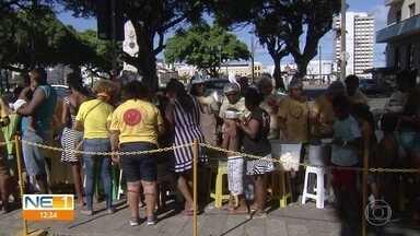 Almoço solidário antecipa Páscoa para moradores de rua e desempregados no Recife - Refeições e carinho foram oferecidos no Centro do Recife, no domingo (14).