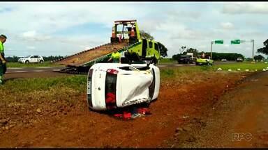 Motorista tenta fugir da PRF e capota carro cheio de maconha - Acidente foi na manhã desta segunda-feira (15). Carro tem placas de Curitiba.