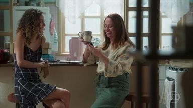 Rosália recebe muitas encomendas de congelados - Maria Alice sugere que a mãe comece a pensar em contratar mais funcionários e até usar uma cozinha industrial