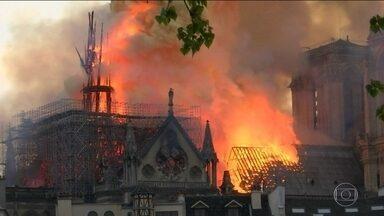 Boletim JN 4: Bombeiros temem que os grandes sinos da Notre-Dame desabem - Segundo agências de notícias, um bombeiro está seriamente ferido. Depois de quatro horas, os bombeiros ainda não conseguiram debelar as chamas.