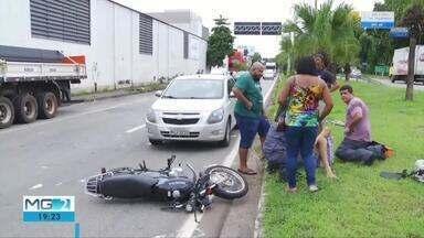 Acidente envolvendo três veículos deixa uma pessoa ferida em Ipatinga - Motorista tentou desviar de carreta parada na via, quando atingiu motociclista.