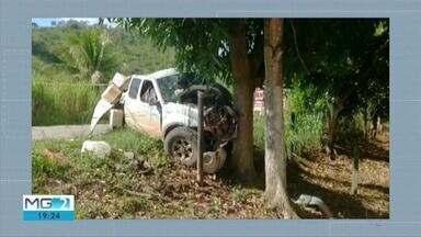 Motorista morre ao bater em árvore às margens da BR-418, em Teófilo Otoni - Segundo o Corpo de Bombeiros, Sinval Teixeira dos Santos ficou preso às ferragens e morreu no local.