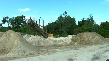 Plantas aquáticas e lixo tomam Rio Tietê em Anhembi - O trecho do Rio Tietê que passa por Anhembi (SP) está tomado por plantas aquáticas e muito lixo. A situação representa prejuízo para os pescadores e empresários da região.
