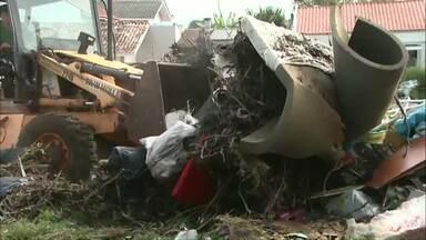 Equipes do mutirão devem ficar até quarta-feira na região oeste de Cascavel - Mutirão voltou aos bairros onde ainda tem lixo em frente às casas.
