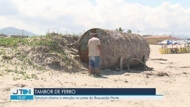 Tambor de ferro é encontrado em praia no Vale do Ribeira - A Prefeitura de Ilha Comprida avalia como o objeto gigantesco trazido pelo mar será retirado.
