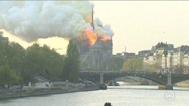Incêndio consome catedral de Notre-Dame de Paris - Fogo destruiu grande parte de um dos monumentos mais importantes do mundo. Parisienses e turistas testemunharam a queda do ponto mais alto da catedral de 850 anos.