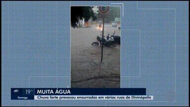Forte chuva é registrada em Divinópolis; veja vídeos - Chuva provocou enxurradas em várias ruas da cidade.