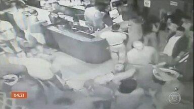 PM é morto em casa de shows no DF - As imagens do circuito interno de segurança mostram o momento em que o policial passa pelo policial civil e eles se esbarram. Em seguida, os dois sacam as armas. O militar foi atingido por três disparos.