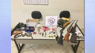 Jovem é preso por atingir irmã com disparo acidental de espingarda em Piquete - Jovem foi baleada de raspão na cabeça e não corre risco de morrer. Com o atirador, a polícia apreendeu, além da arma usada para o disparo, outra arma e munições.