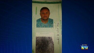 Polícia prende homem suspeito de tráfico de drogas em Pio XII - Policiais flagraram o suspeito Claudeci da Silva Cruze jogando pedras de crack no vazo sanitário.