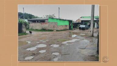 Buracos causam transtornos em estrada no bairro Restinga, em Porto Alegre - Prefeitura promete fazer limpeza da rede pluvial da região.