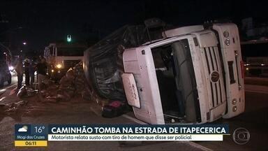 Carreta tomba na estrada de Itapecerica da Serra, na Zona Sul - Motorista relata que perdeu o controle depois de ser emaçado por homem que disse ser policial.
