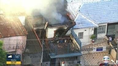 Bombeiros combatem incêndio na Penha - Fogo atingiu residência na rua Rodovalho Júnior, zona leste da capital