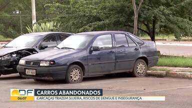 Carcaças de carros abandonados acumulam sujeira e lixo em várias cidades do DF - Os moradores estão preocupados com os riscos de dengue e a insegurança. Só de 2016 a 2018, a Secretaria de Cidades recolheu 250 carcaças em todo o Distrito Federal.