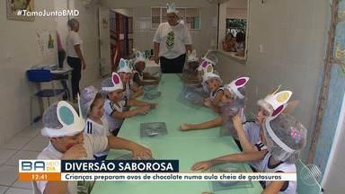 Crianças fabricam os próprios ovos de Páscoa em escola de Salvador - A iniciativa faz parte do desenvolvimento pedagógico dos pequenos; confira.