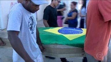 Jovem que foi morto por PMs enquanto praticava tiro ao alvo é enterrado em Florianópolis - Vitor Xavier da Silva estava brincando de tiro ao alvo com uma arma de pressão no quintal de casa quando policiais atiraram nele. Os PMs disseram que o jovem teria apontado a arma para eles. Mas a família e vizinhos negam.
