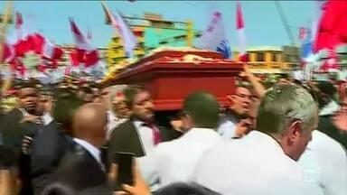 Multidão comparece ao velório do ex-presidente do Peru Alan García - Depois de um velório aberto, o caixão com o corpo de Alan Garcia foi carregado pelas ruas da capital peruana, acompanhado de uma multidão. O corpo dele foi cremado numa cerimônia exclusiva para familiares.