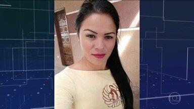 Sargento reformado da PM mata a tiros a ex-mulher no Paraná - O sargento reformado da Polícia Militar Sidinei da Rosa Silva matou a tiros a ex-mulher Jocileine Siqueira, em Paranaguá. Segundo a família da vítima, o crime foi na frente dos filhos do casal. Depois de cometer o crime, Sidinei se matou.