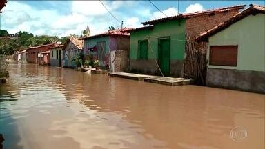 Chuva em parte do Nordeste obrigou milhares de pessoas a deixar as casas - Tem regiões em que os barcos são a única forma de locomoção