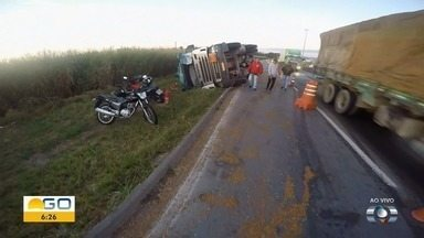 Carreta que transportava 36 toneladas de amônia tomba na BR-153, em Goiânia - Parte da carga derramou na rodovia, que precisou ser interditada. Trânsito no local está em meia-pista, segundo PRF.