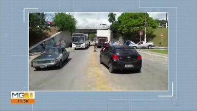 Caminhão fica preso em viaduto no trevo de Coronel Fabriciano - Altura máxima para passagem de veículos no trecho é de 3,60 metros.