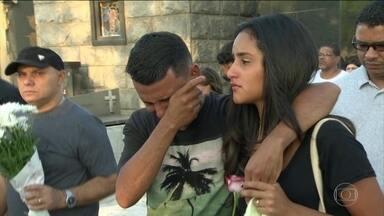 Sobe para 24 o número de mortos no desabamento de prédios no Rio - Dez dias depois do desabamento, polícia procura os três suspeitos de terem construído e vendido os apartamentos que desabaram na Muzema, Zona Oeste do Rio.