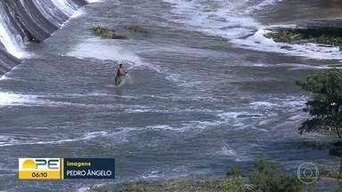 Barragem do Jazigo, em Serra Talhada, volta a sangrar - Armazenando água para irrigação, barragem traz esperança para agricultores.
