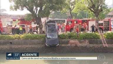 Motorista morre em acidente com carro no canal do Mangue - Motorista perdeu a direção e o carro caiu no canal do Mangue, na Francisco Bicalho. O resgate durou quase seis horas.