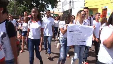 Alunos denunciam falta de professores em escola de Codó - Alunos da rede estadual denunciam que faltam professores até de matemática e português.