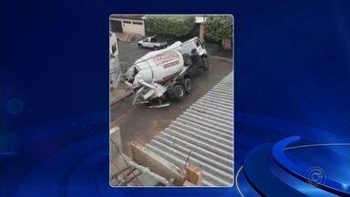 Caminhão cai em buraco e tomba em rua de Paraguaçu Paulista - Um caminhão de concreto tombou na manhã desta terça-feira em uma rua do Bairro Murilo Macedo, em Paraguaçu Paulista. Vídeo mostra o momento em que parte do asfalto cede, as rodas traseiras ficam presas e o caminhão tomba.