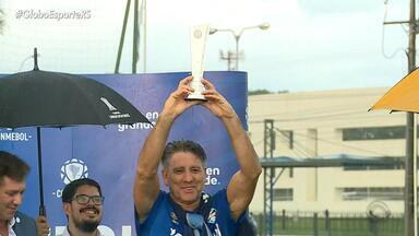 Conmebol entrega troféu de melhor técnico da Libertadores de 2017 para Portaluppi - Grêmio tem treino descontraído e lances do Renato com a bola.