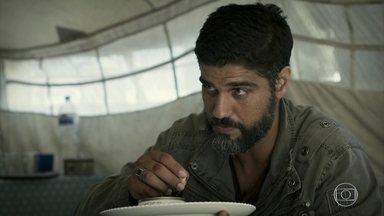 Hussein confessa a Samira seu amor por Soraia - Ele diz temer pela segurança da amada na casa de Aziz