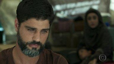 Samira incentiva Hussein a lutar por Soraia - Hussein teme pela segurança da amada e Samira diz que ela deveria tentar salvar Soraia das mãos do sheik