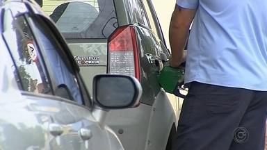 Consumidor reclama da alta no preço do etanol durante a safra da cana - O consumidor do Centro-Oeste Paulista está tentando entender como, em plena safra da cana-de-açúcar, o preço do etanol subiu tanto. A reclamação é geral.
