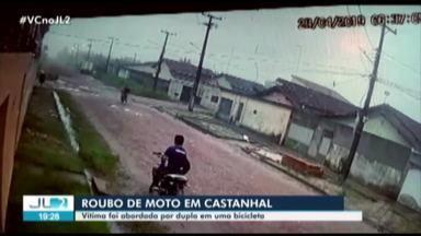 Câmeras de segurança registram ação de assaltantes na periferia de Castanhal, no Pará - As imagens mostram um dos suspeitos se aproximando da vítima, sacando a arma e anunciando o assalto.
