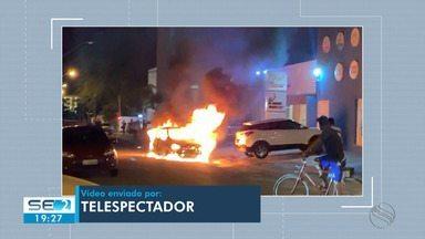 Carro pega fogo na Zona Sul de Aracaju - O fato aconteceu na Rua Juarez de Carvalho.