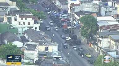 PMs fazem operação na Cidade de Deus - A operação começou durante a madrugada desta quarta-feira (24). Um homem de 21 anos foi morto durante a ação.